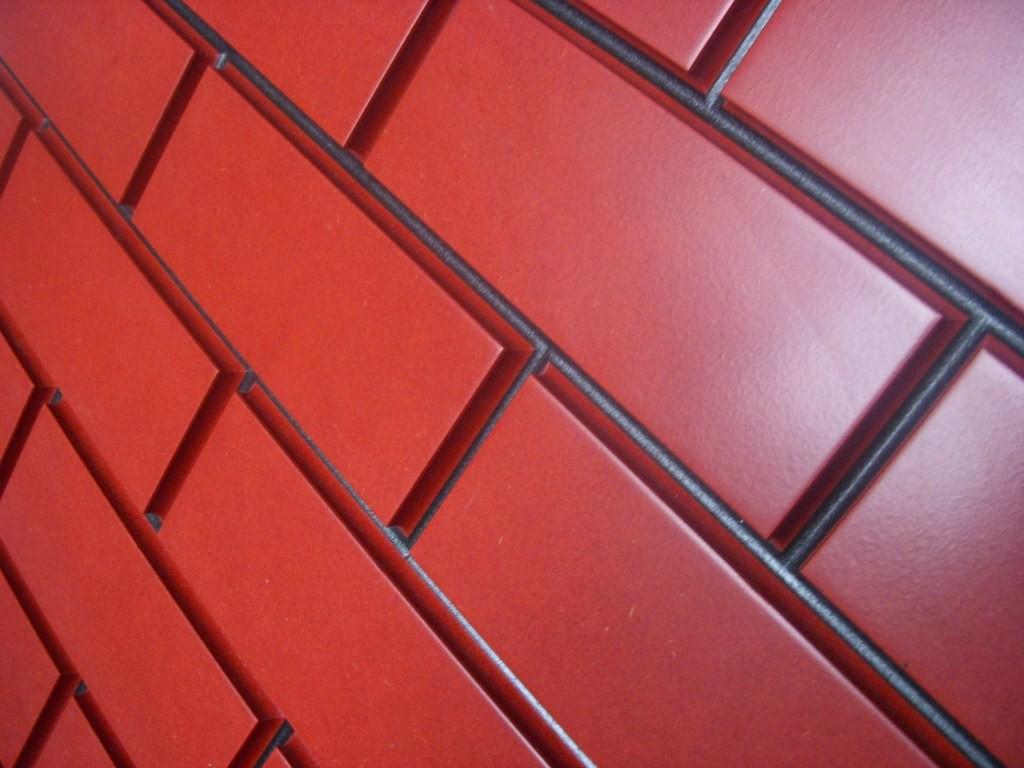 Mauerwerk, Valchromat lackiert in rot und schwarz